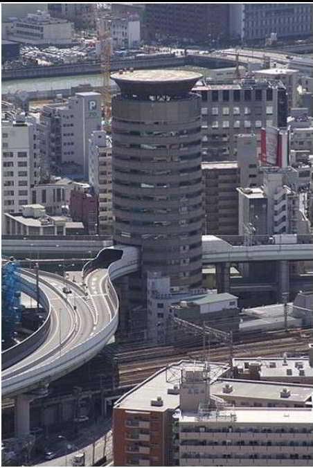 γέφυρα περνάει μέσα από ουρανοξύστη